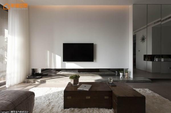 纯净风格感在电视面设计师以白色喷漆演绎,加以间接光源、茶镜,烘衬出清水模台面的清新自然感。