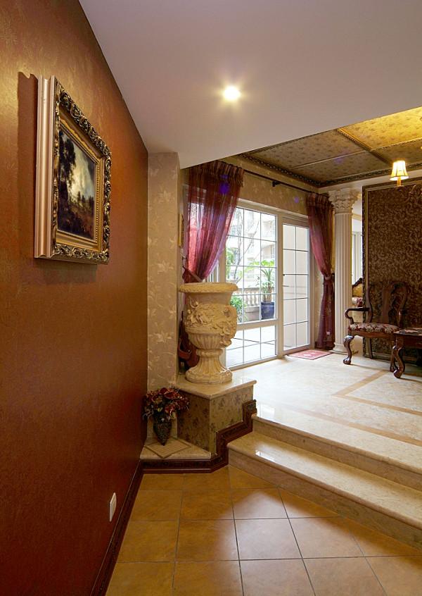 在材质上设计师用精致的实木画框线取代了传统石膏阴角线,彰显地位和奢华的步入台阶门厅,古典的繁复雕饰经过简化,并与现代的材质相结合,呈现出古典而简约的新风貌。