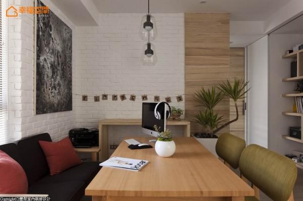 原格局即为三房,前屋主就已退掉的空间,丰聚设计依照屋主不需书房、餐厅的生活想法,在家中打造多功能的休闲咖啡厅。