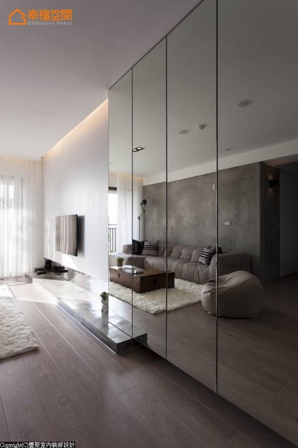 电视主墙面往入口的延伸,丰聚设计以大片镜柜处理,按压式开门收住大容量收纳空间。