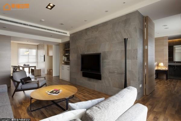 此个案为了满足客厅采光面的延续,丰聚设计利用电视主墙面为区隔,划分出主卧房与客厅。