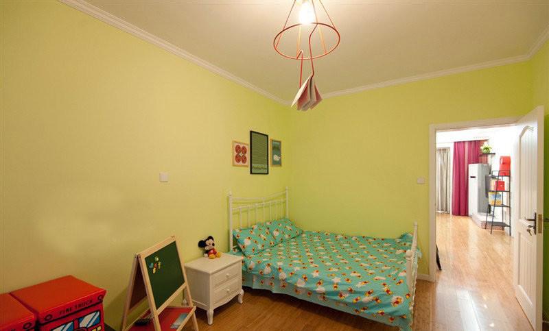 儿童房采用的是清新的浅绿色调。简单的布置才是王道,田园白色漆床头柜,可爱的儿童小画板,复古的箱子足矣。主卧室一席粉色小碎花床品,淡淡的墨绿色墙壁,暖暖的灯光,温馨美好。