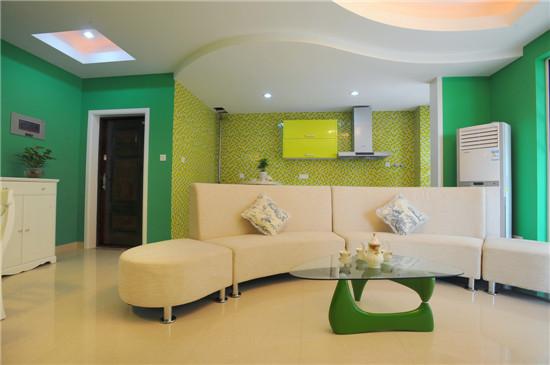 设计中处处流露出强烈个性。卫生间采用最现代艺术气息的艺术玻璃隔墙,是丰富多样的物料及材质在细致的艺术感与毫不刻意的活跃之间带来和谐平衡。