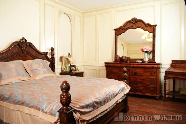 美式做旧的卧室护墙板。