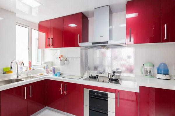 厨房也是大红色的橱柜,澄亮的光泽让人赏心悦目,白色的石英台面,简洁干净。