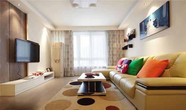 米色的皮质感沙发,圆点米色地毯,连地板都是浅色的,一切都是那么淡雅,沙发上摆上四个颜色跳跃的靠垫,增添了一抹亮色。玫红,紫色,绿色,橘红,还有可爱的阿狸