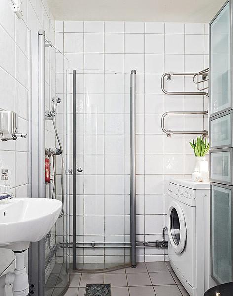 卫浴空间比较狭窄,因此淋浴房采用的是可旋转钢化玻璃门,不用时可以推到墙角,不占空间。
