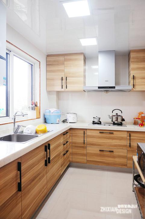 厨房设计,走简约路线。有效收纳是所有小空间设计的绝对准则。墙壁全部铺贴白色瓷砖,与地面风格相统一。配合原木色纹理橱柜,清新感十足。