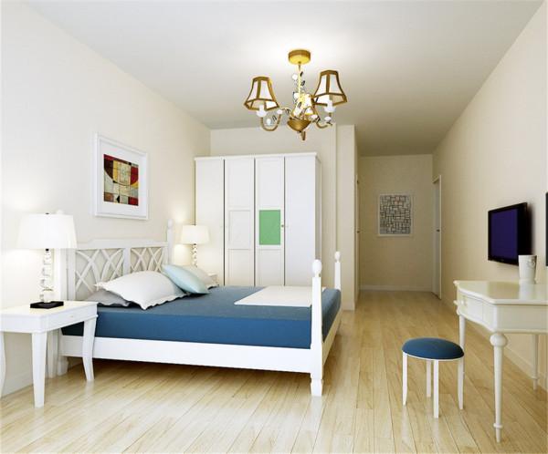 从小花园进入客厅,由此看来客厅变得狭长。为解决狭长的客厅空间,客厅顶部采用局部的直线造型,简单大方。顶部凹槽的石膏板顶与电视与背景局部的直线线条造型构成了大L造型。