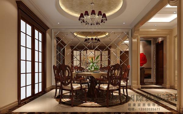 因为餐厅的采光比较查,设计师在设计和选择装修的材质的时候考虑到这方面,厨房门选用玻璃材质的,在餐厅背景用车边境做装饰,也可以使空间看起来增大。