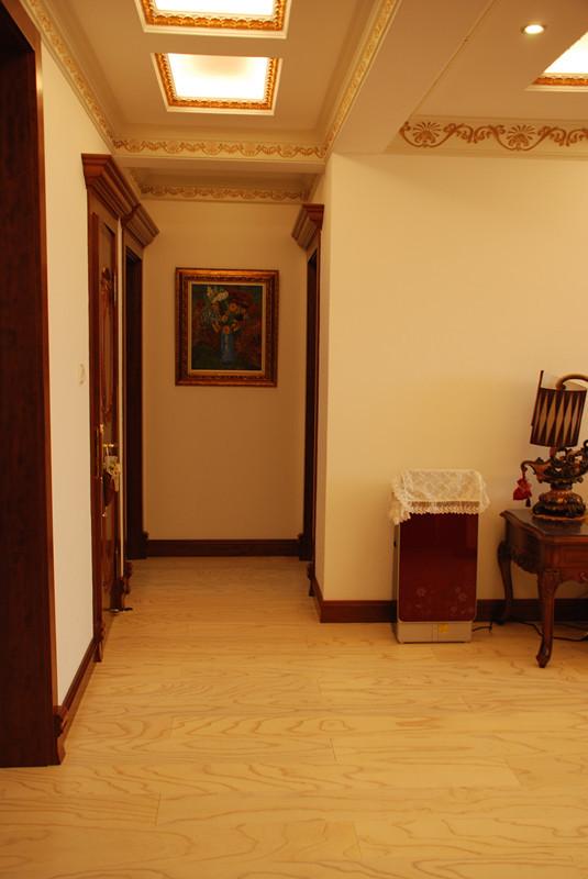 门厅简单,暖色调的灯光还有地板将家的温馨感表现出来。