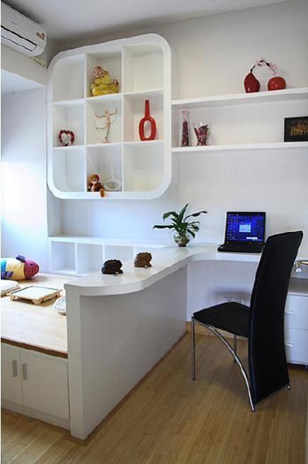 书房墙上高低处开拓出多个收纳格,高处延伸开来做成书柜,下层的柜子延展开去做成简易书桌,实用且美观。