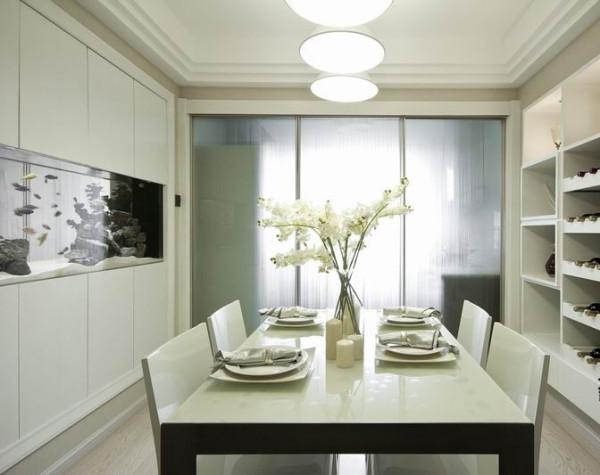 在颜色和布局上,在装修材料的选择配搭上下工夫。室内墙面、地面、顶棚以及家具陈设乃至灯具器皿等均以简洁的造型、纯洁的质地、精细的工艺为其特征。