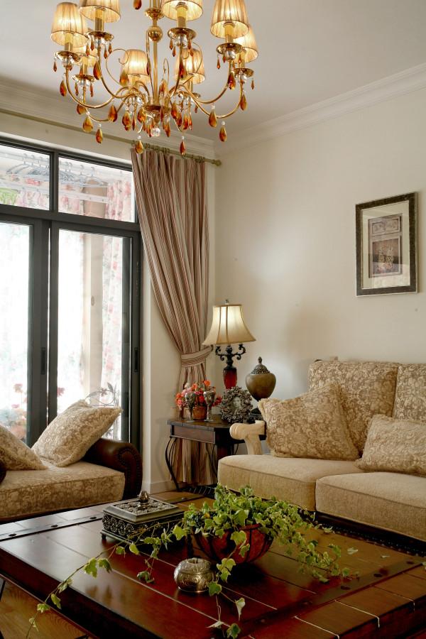 米色织物和栗色外框,搭配水晶吊灯,暗合着整个空间的风格。