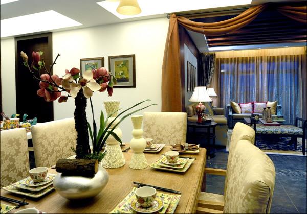 居室在色彩方面秉承了传统古典风格的典雅和华贵,但与之不同的是加入了很多现代元素,呈现着时尚的特征。在配饰的选择方面更为简洁,少了许多奢华的装饰,更加流畅地表达出传统文化中的精髓
