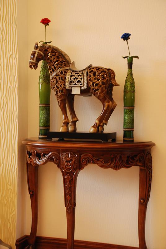客厅一角的摆设,马像跟插画可以看出主人的生活品味和喜好,马具吉祥寓意,增添了空间的灵气。