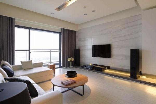 纯白沙发选择搭配上超耐磨木地板,烘衬温润度。