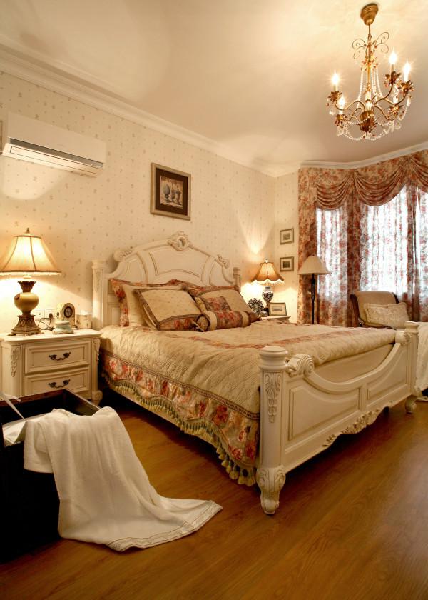碎花窗帘、碎花墙纸、无不表现着浪漫、温馨的空间质感。
