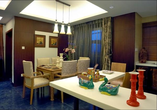 客厅是传统与现代居室风格的碰撞,设计师以现代的装饰手法和家具,结合古典中式的装饰元素,来呈现亦古亦今的空间氛围。中式风格的古色古香与现代风格的简单素雅自然衔接,
