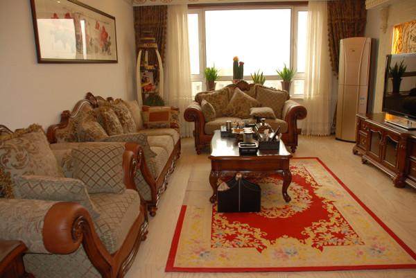 客厅美式的家具、简单的造型透露着居家的优雅舒适气息。