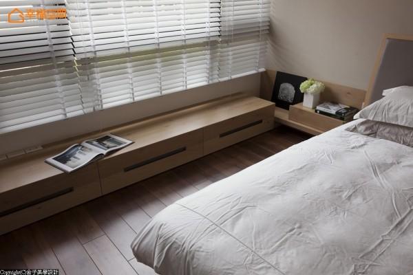 延续的收纳线条在窗边改以卧榻方式呈现,下方亦有收纳空间。