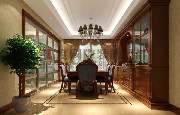 设计师把壁纸、沙发、石膏线等典型的欧式元素加以有机结合。同样,在顶面的处理上设计师采用简洁的手法将素雅、高贵的设计理念进行了展示,素雅的天花搭配欧式设计传统灯艺造型。