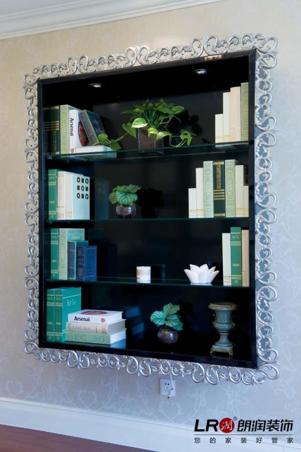在卧室墙面上的别致小书架,简单精致,体现生活品味的小地方,是设计师帮忙在网上淘的噢!
