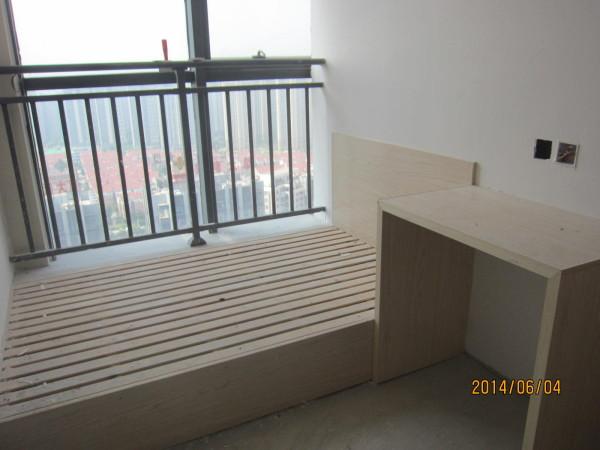 石膏板隔墙,现场制作实木床及书桌。小空间也能很好的加以利用。