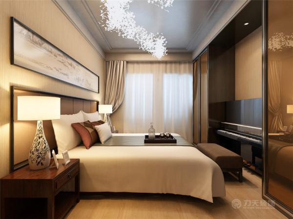 厨房正对着的是次卧,次卧与主卧一样也有飘窗,但是次卧比主卧的空间要小,而且主卧在空间上外加一个隔墙把布局一分为二,使空间利用的更加合理。主卧与次卧中间是卫生间。