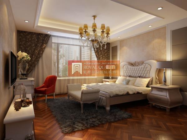 卧室的设计:不仅强调了豪华大气,更多的是惬意和浪漫,白色的大床加上精美的地毯,空间增添了几分温馨。