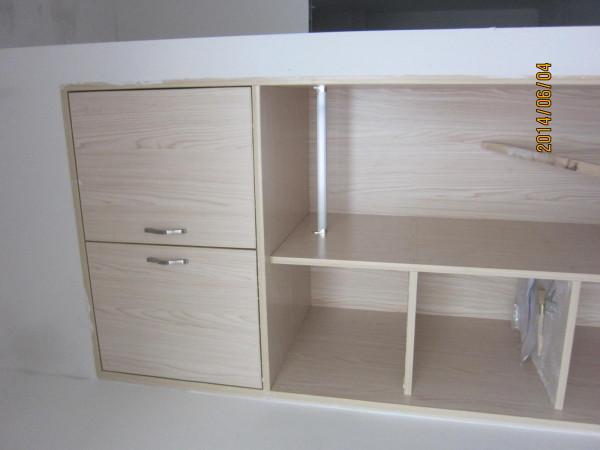 书桌旁一组小衣柜。