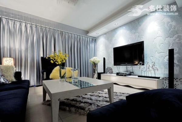 来到了客厅,你会发现电视背景墙的设计风格,淡蓝色的背景墙下面,左边摆放的是珊瑚,右边有几只仙鹤。