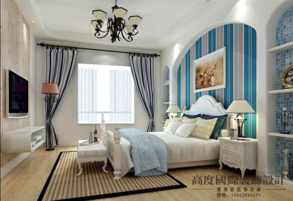 典型的托斯卡纳风格,用不规则的造型做床头背景,再加上条纹的壁纸给人一种别致的感觉。