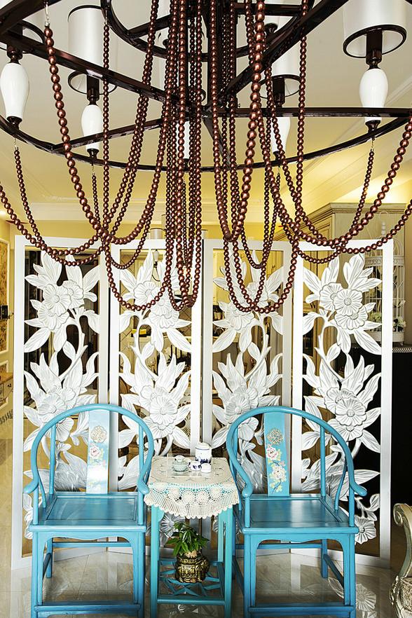 屏风:醇厚的蓝色太师椅跟白色古典雕花的隔断相辅相成,给人在视觉上的享受