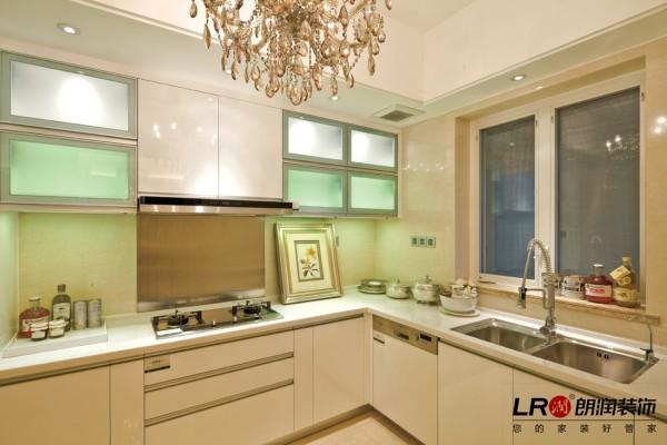 厨房清爽简单的色彩,实用,布局合理。