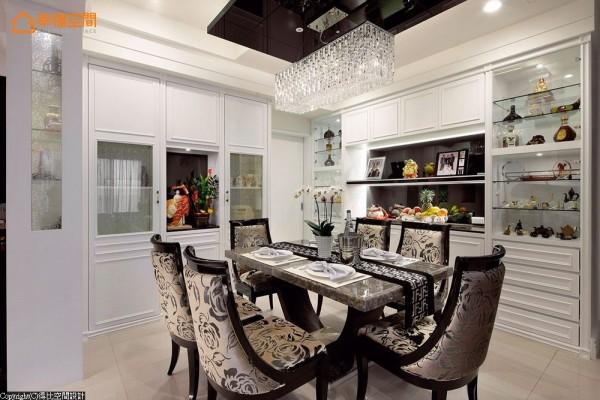 大理石造型餐桌与新古典造型餐椅,以鲜明风格表情突显空间定义。