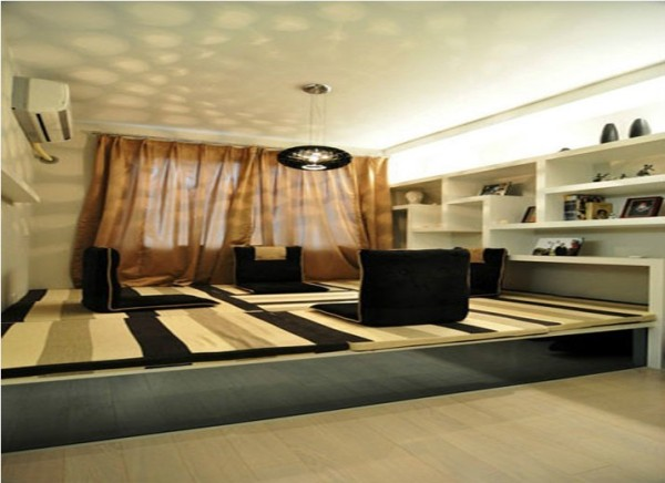 面积不是很大的卧室,选用了榻榻米作为大床,使有限的空间展现了无限的遐想。整体颜色对比明快,配上挂墙的装饰架作为展示书架,既满足了实用性又加强了美观感。