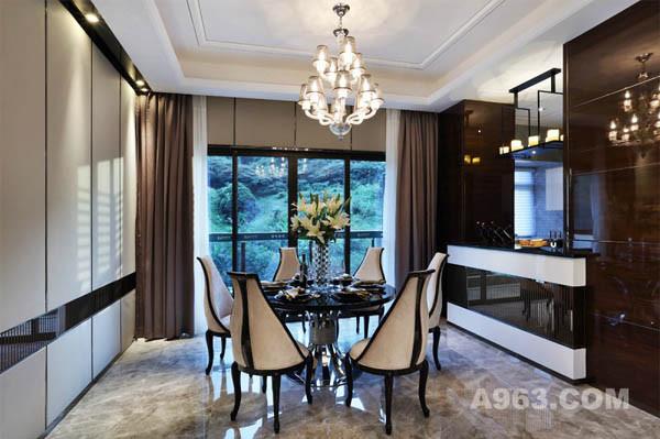 餐厅与厨房相连,餐桌形式个性十足,简单大方的巴凳,黑色花纹铁艺隔断耐人品味。