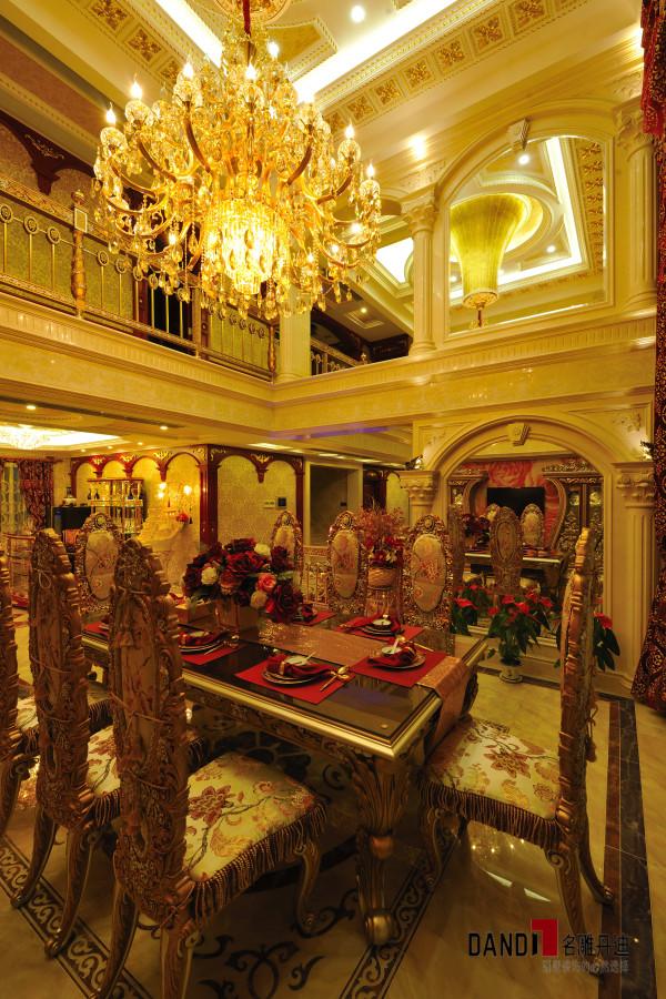 名雕丹迪设计--招商海月别墅--欧式奢华餐厅:精致吊灯与欧式餐桌椅完美搭配,烘托奢华空间。