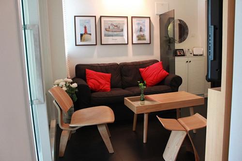黑色沙发、红色抱枕很有浪漫的feel