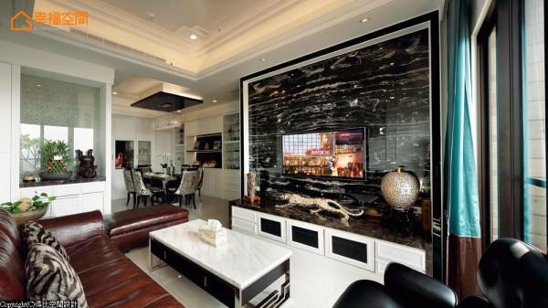 横向纹的银白龙大理石电视墙增添空间华丽尺度。