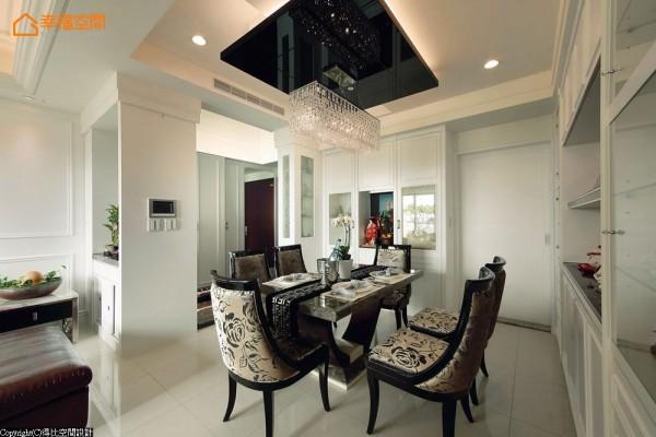 设计师采烤漆美背手法简单修饰隐身墙面的厨房门片。