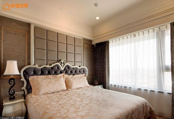 绷皮造型墙面隐藏床头窗户,活动式设计保留调整室内光源的弹性空间。