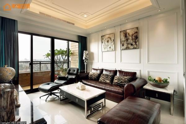 呼应墙面线板线条,天花处采回字形修饰美化。