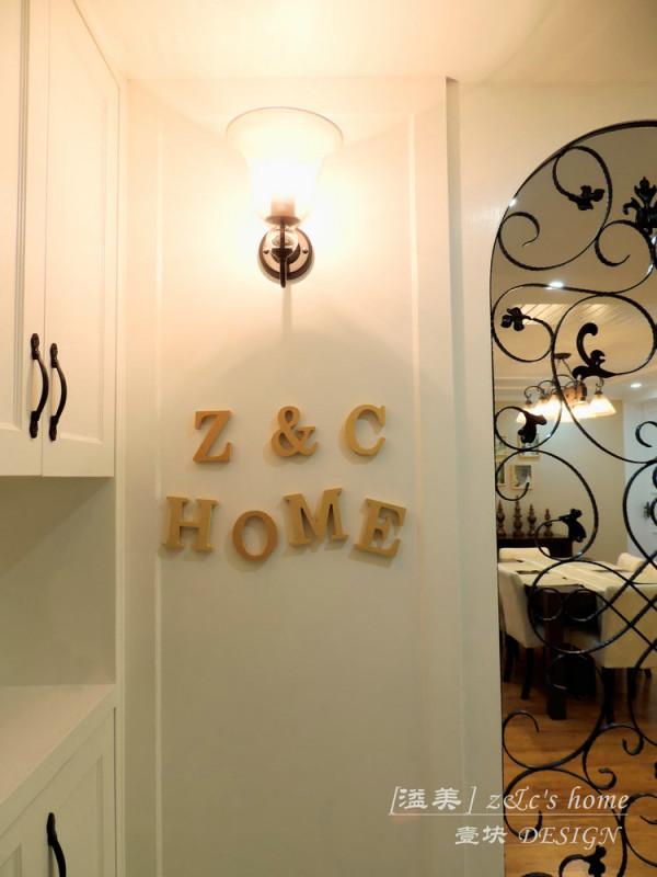 入户屏风选择了简单的黑色,入户的地方则使用地砖来划分出来。鞋柜是简单的造型白色和整体家具协调。