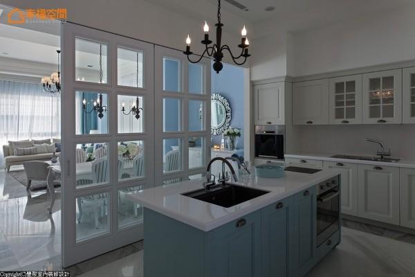 独立扩充的中岛厨柜,提供宽敞齐备的烹食环境。