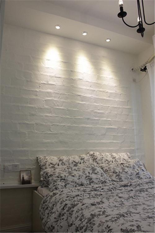 主卧的设计看似简单,其中背景墙做了文化墙的处理,丰富了墙面,具有层次感