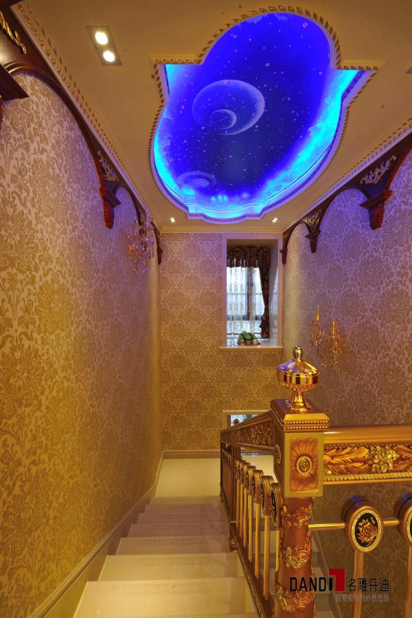 名雕丹迪设计--招商海月别墅--欧式奢华吊顶:运用象征圆满的圆,演变成多种元素体现合一之效果。