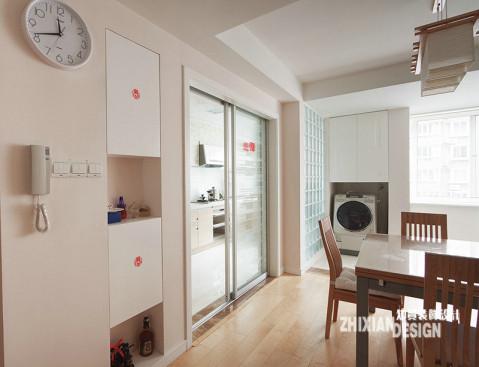隐形是收纳一词的必要之义,遵循设计的初衷,设计师将柜子全部与墙壁紧密结合在一起,或从墙壁上掏出空间,或搭建墙壁隔出空间,最终为柜子找到了最佳栖身之地。靠窗处的设计,上面是柜子,下面放置洗衣机,很是不错