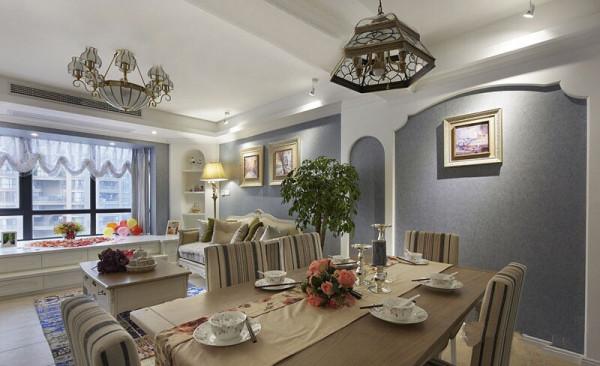 桌子上搭配一盆绿色植物,亮黄色的小花,搭配白色蕾丝桌布,简单的色彩,装饰亮丽的小生活